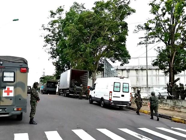 Exército faz varredura na Vidal Pessoa (Foto: Adneison Severiano/G1 AM)