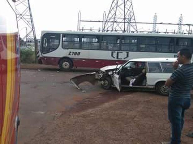 Acidente entre carro e ônibus deixou vítima (Foto: Divulgação/Corpo de Bombeiros)