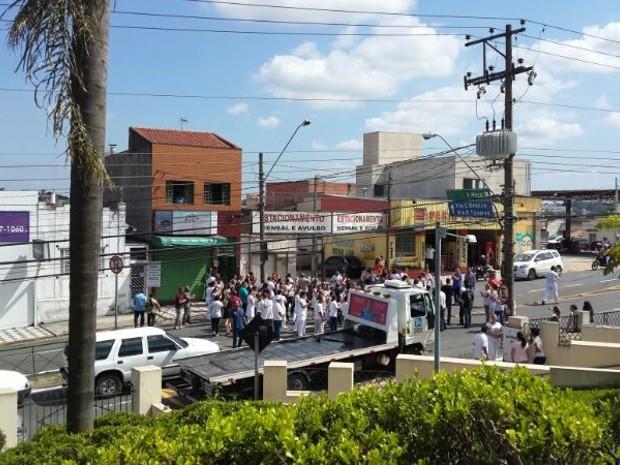 Os manifestantes afirmam que os salários de outubro e novembro não foram pagos (Foto: Tem Você)