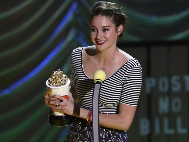 Shailene Woodley recebe o prêmio de melhor atriz por 'A culpa é das estrelas' no MTV Movie Awards 2015 (Foto: REUTERS/Mario Anzuoni)