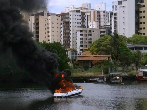 Informações iniciais dão conta de que o motor da embarcação explodiu, no canal de Camburi, em Vitória. (Foto: Mariana Costa/VC no ESTV)