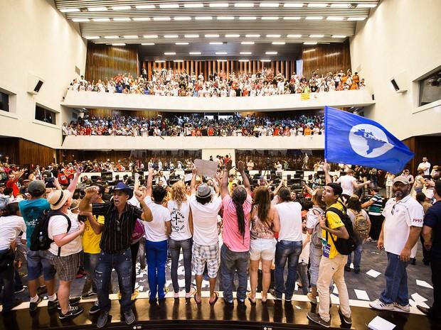 Manifestantes começaram invasão após aprovação de Comissão Geral (Foto: Pedro de Oliveira/ Divulgação/ Alep)