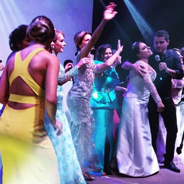 Show do Afonso Nigro: noiva e convidados quebrando tudo no palco!  (Foto: Reprodução/Instagram)