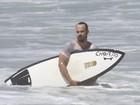 Paulo Vilhena tem dia de surfe e faz homenagem a Chorão