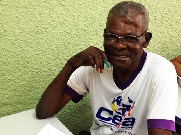 Idoso de 101 anos volta a estudar em Cuiabá (Foto: Kelly Martins/G1)