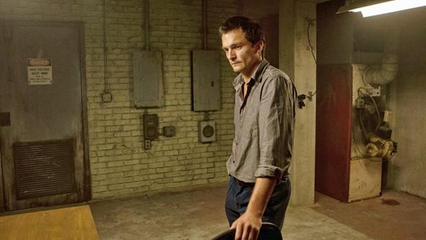 Quinn comanda o interrogatório e mostra vídeo de confissão (Foto: Divulgação / Twentieth Century Fox)