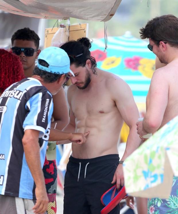 Kit Harington bebe caipirinha (Foto: André Freitas e Gabriel Reis / AgNews)