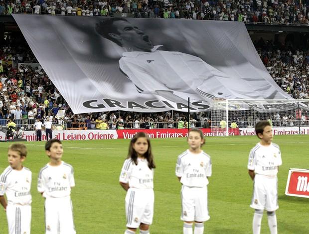 Bandeirão Raul Real Madrid (Foto: Agência EFE)