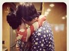 Katy Perry posa acompanhada e faz suspense sobre identidade do rapaz