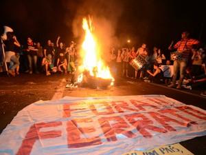 Manifestantes ocupam trecho da SP-304 para protesto em Piracicaba (Foto: Mauricio Gil/colaboração para o G1)