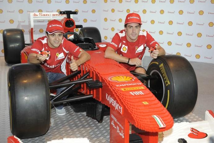 Felipe Massa e Fernando Alonso com carro da Ferrari montado de Lego na China (Foto: Divulgação)