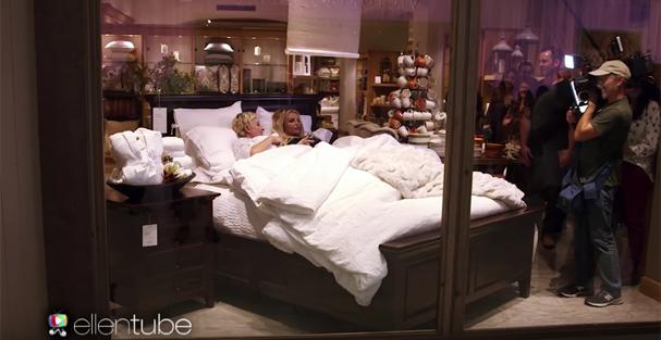 Sim, elas estão deitadas na cama da vitrine da loja!  (Foto: Reprodução Youtube)