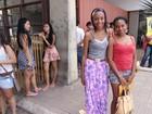 Em Belém, doméstica leva a filha para o segundo dia de prova do Enem
