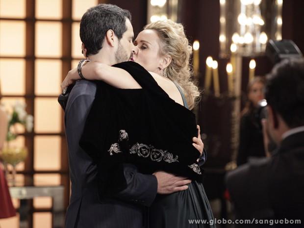 Bárbara tasca beijão em Natan diante da imprensa (Foto: Sangue Bom/TV Globo)