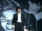 Cantor showman do Hives faz apresentação 'explosiva' no Lolla