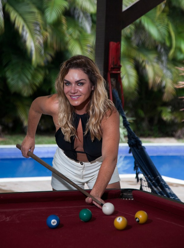 Luize Altenhofen arrisca jogada em mesa de sinuca (Foto: Marcos Rosa/Editora Globo)