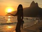 Daniella Sarahyba exibe boa forma em praia carioca