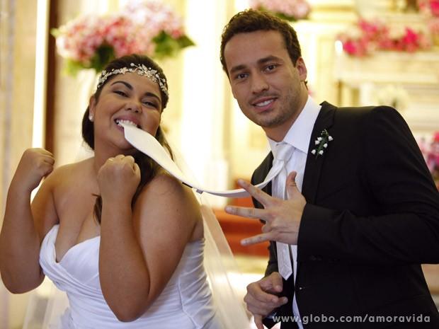 Fabiana Karla brinca com Rodrigo Andrade na gravação (Foto: Amor à Vida/TV Globo)