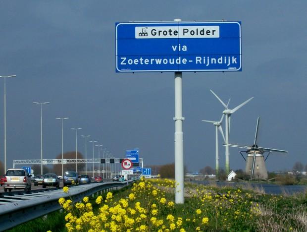 Itens comuns na Holanda em uma só foto: planícies, moinhos de vento e hidrovias. (Foto: Wikimedia Commons)