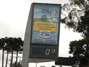 Termômetro no bairro Santa Felicidade indicava 0ºC por volta das 9h30 em Curitiba (Foto: Adriana Justi / G1)