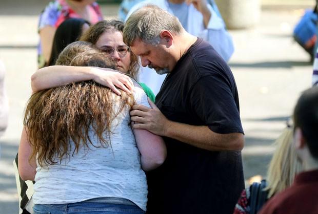 Estudantes e familiares se reúnem após o tiroteio que deixou na Umpqua Community College, faculdade comunitária no estado do Oregon (Foto: Ryan Kang/AP)
