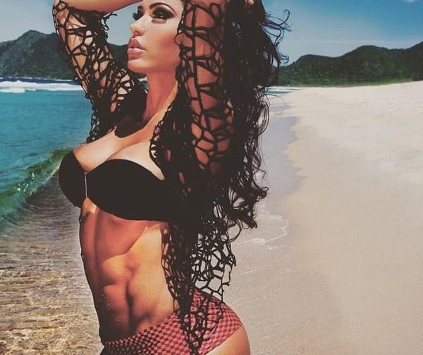 Gracyanne Barbosa mostra abdômen trincado durante ensaio em praia