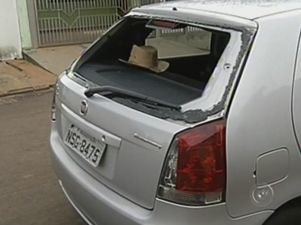 Veículos tiveram latarias amassadas e vidros quebrados (Foto: Reprodução TV TEM)
