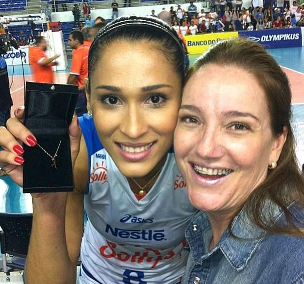 Jaqueline ganha presente de fã no jogo de vôlei (Foto: Reprodução / Instagram)