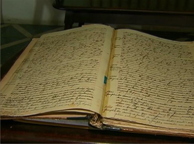 Livro de registro de batizados e casamentos realizados em Caruaru (Foto: Reprodução/ TV Asa Branca)
