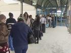 Idosos enfrentam filas para retirada de novo cartão transporte em São Vicente