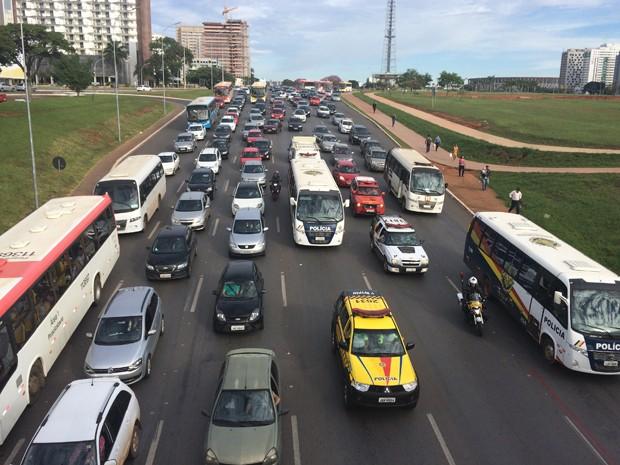 Congestionamento no Eixo Monumental provocado por protesto da Frente Nacional de Luta  (Foto: Luciana Amaral/G1)