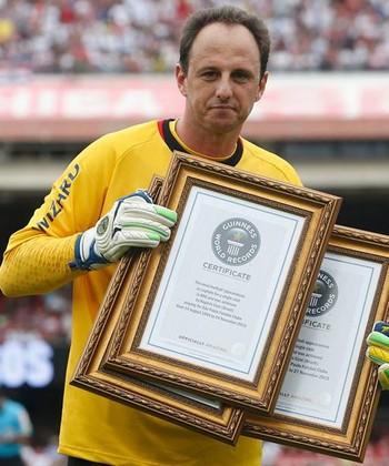 Rogério Ceni recebe placas por recordes no Guinness (Foto: Rubens Chiri/saopaulofc.net)