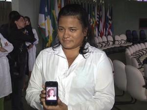 A médica cubana Yaneelis Cabrera, 36 anos, mostra a foto da filha no celular durante aula inaugural do segundo ciclo de avaliações do Mais Médicos. (Foto: Reprodução TV)