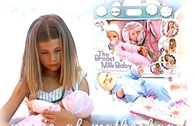 Ao colocar brinquedo na região dos mamilos, colete com sensores aciona sons e movimentos da boneca (Foto: Reprodução)