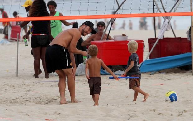 Rodrigo Hilbert com os filhos na praia (Foto: Wallace Barbosa / AgNews)