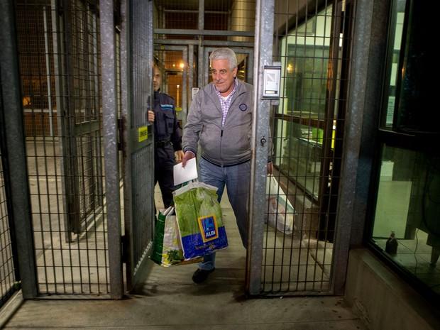 Henrique Pizzolato, ex-diretor de Marketing do Banco do Brasil, condenado no processo do mensalão, deixa a prisão de Modena, na Itália, na terça-feira (28), após a justiça italiana ter negado o pedido de extradição feito pelo governo brasileiro (Foto: Mastrangelo Reino/Estadão Conteúdo)
