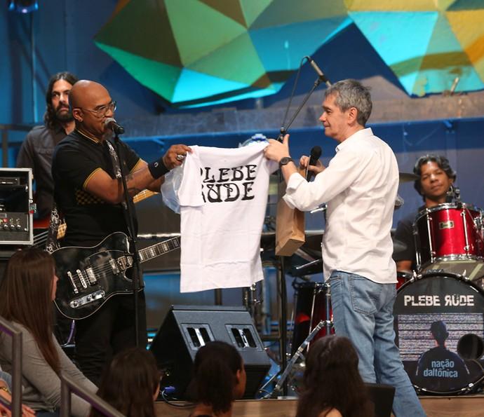 Serginho Groisman ganha camisa da banda Plebe Rude (Foto: Carol Caminha/Gshow)