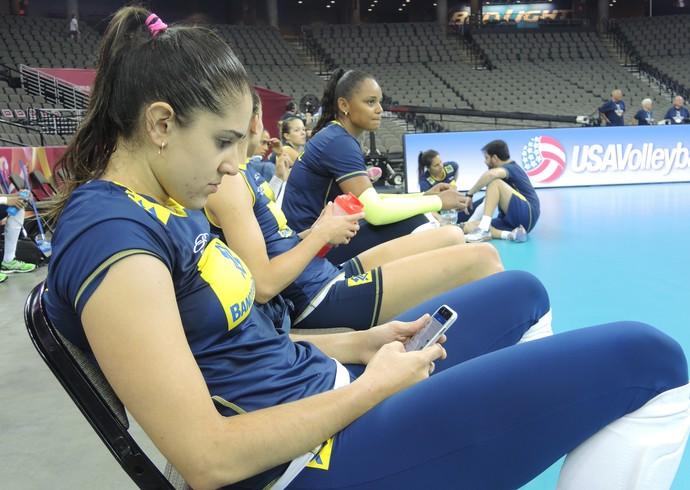 Natália olha celular depois de treino em Omaha (Foto: David Abramvezt)