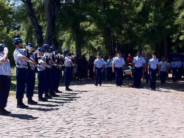 Sargento morto em Santa Maria é enterrado com honras militares (Foto: Roberta Lemes/G1)