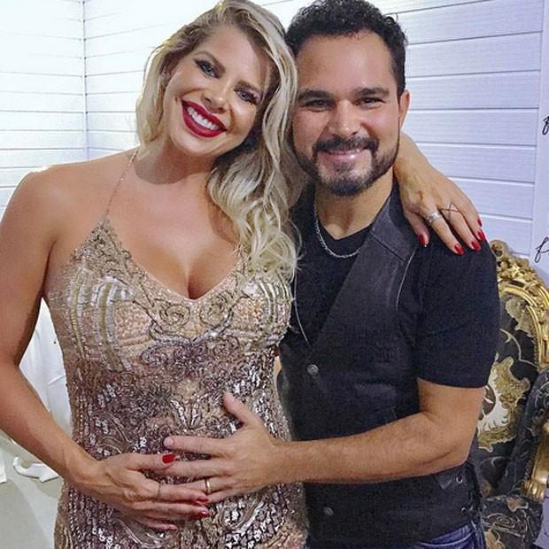 Karina Bacchi, grávida, com Luciano em bastidores de show em Maceió (Foto: Instagram/ Reprodução)