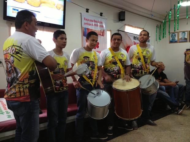 Evento de doação de sangue no Fhemeron tem participação de escolas de samba de Porto Velho (Foto: Gaia Quiquiô/G1)