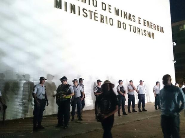 Policiais militares se posicionam em frente ao Ministério do Turismo (Foto: Mateus Rodrigues/G1)