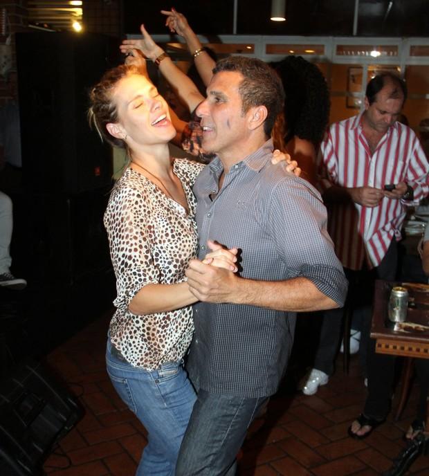 Carolina Dieckmann dança com Eri Johnson em evento no Rio (Foto: Marcus Pavão/ Ag. News)