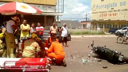 Motoqueiro é atingido por carro no DF e levado ao hospital com fraturas