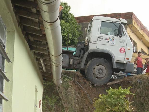 Caminhão ameaçou casa no Alto José d Pinho (Foto: Reprodução / Tv Globo Nordeste)