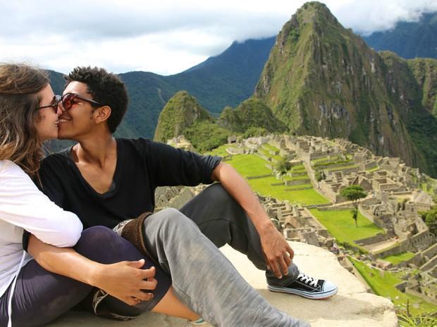 A ideia surgiu em 2012, disse Lehman à BBC. 'Foi uma origem espontânea. Nunca imaginei que milhares de pessoas ao redor do mundo fossem seguir minhas fotos todos os dias no Facebook', conta. Este casal se beija diante das ruínas de Machu Picchu, no Peru.  (Foto: Ignacio Lehmann/BBC)