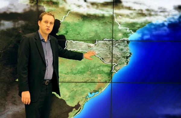 Meteorologista Leandro Puchalski apresenta a previsão do tempo com novos recursos de imagens (Foto: Jessé Giotti/Agência RBS)