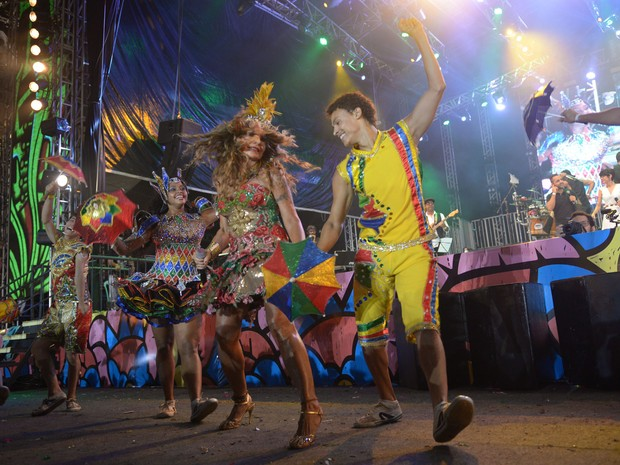 Elba Ramalho se apresenta no palco do Marco Zero (Foto: Luna Markman/G1)