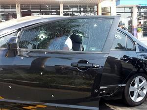 Carro é atingido por disparos durante troca de tiros em Americana (SP) (Foto: André Natale/EPTV)