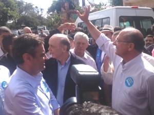 O candidato Aécio Neves faz caminhada com Serra e Alckmin na Vila Gilda, no extremo sul de SP. (Foto: Livia Machado/G1)